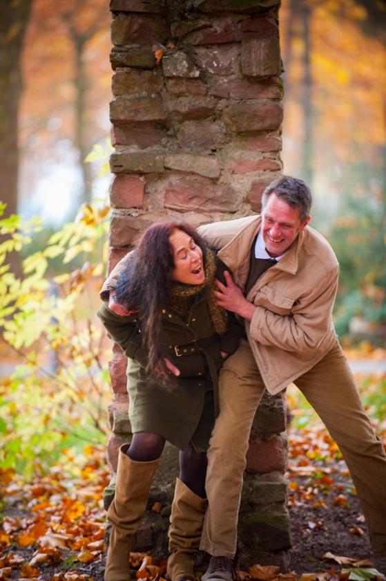 Frau und Mann sind geinmasm miteinander in Liebe