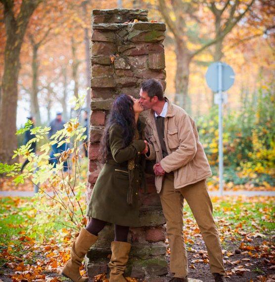 Frau und Mann beginnen sich in Liebe zu begegnen
